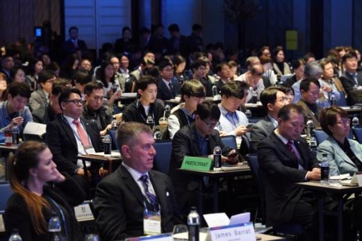 18일 서울 종로구 포시즌스호텔에서 서울신문 주최로 열린 '서울미래컨퍼런스'에서 참석자들이 진지한 표정으로 강연에 집중하고 있다. 이날 컨퍼런스엔 국내외 석학을 비롯해 650여명이 몰려 4차 산업혁명과 관련 기술에 대한 뜨거운 관심을 보였다.  정연호 기자 tpgod@seoul.co.kr