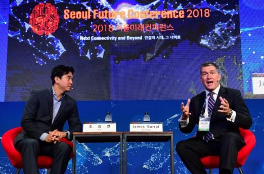 18일 '2018 서울미래컨퍼런스'에서 제임스 배럿(오른쪽) 작가와 조승연 작가가 '인류의 행복과 디지털 기술'을 주제로 열띤 토론을 벌이고 있다.  정연호 기자 tpgod@seoul.co.kr