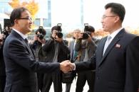 [서울포토] 악수하는 산림협력회담 남북 수석대표