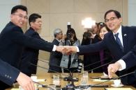 [서울포토] 회담 전 악수나누는 남북 산림협력회담 대…