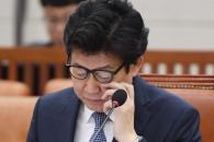 [서울포토] 자료보는 조명래 환경부 장관 후보자