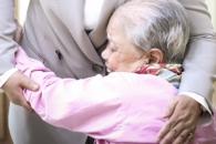 [포토] '여사를 안은 할머니'를 따뜻한 눈빛으로