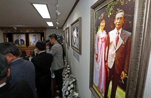 사진 속 두명의 박 전 대통령