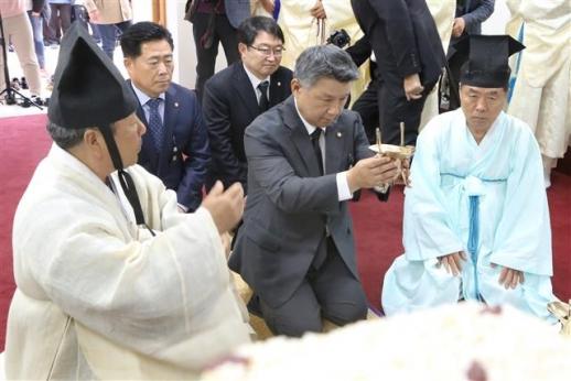 박정희 39기 추모제서 헌작하는 장석춘 의원