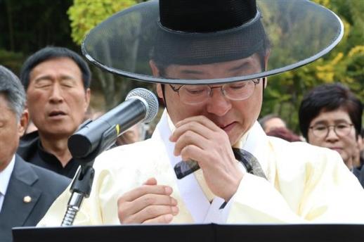 박정희 추도식서 눈물 흘리는 이철우 경북지사
