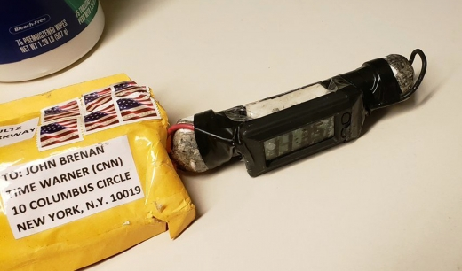존 브레넌 전 미국 중앙정보국(CIA) 국장으로 발신자가 쓰여 CNN 뉴욕 지국으로 배달된 폭발물 소포와 기폭장치. AP=연합뉴스