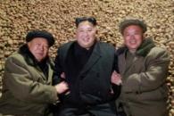 [포토] 北 김정은, 감자 더미에서 간부들과 기념사진