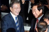 [서울포토] 김성태 원내대표와 악수하는 문재인 대통령…