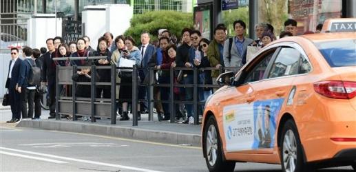 카풀은 이용자들이 원한다. 택시업계가 시장 변화에 맞게 변신해야 한다. 일반택시와 개인택시가 머리를 맞대고 택시업 활성화를 고민해야 한다. 사진은 택시업계의 카풀 반대 시위가 있었던 지난달 18일 서울역 앞에서 시민들이 택시를 기다리는 모습이다.  이종원 선임기자 jongwon@seoul.co.kr