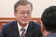[서울포토] 김관영 원내대표 발언 듣는 문재인 대통령