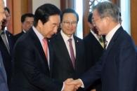 [서울포토] 문재인 대통령, 김성태 원내대표와 악수