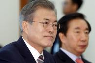 [서울포토] 원내대표들의 발언 듣는 문재인 대통령