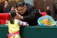 [포토] '적극적인 스킨십' 김정은 북한 국무위원장