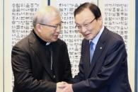 """이해찬 만난 염수정 추기경 """"교황 방북하면 동행"""""""