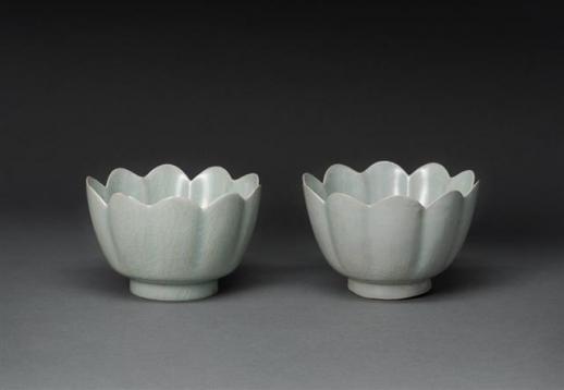일본 오사카시립동양도자미술관의 12세기 청자 꽃모양 발(鉢·사발).