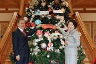 [서울포토] 청와대 크리스마스 트리 장식하는 문재인 …