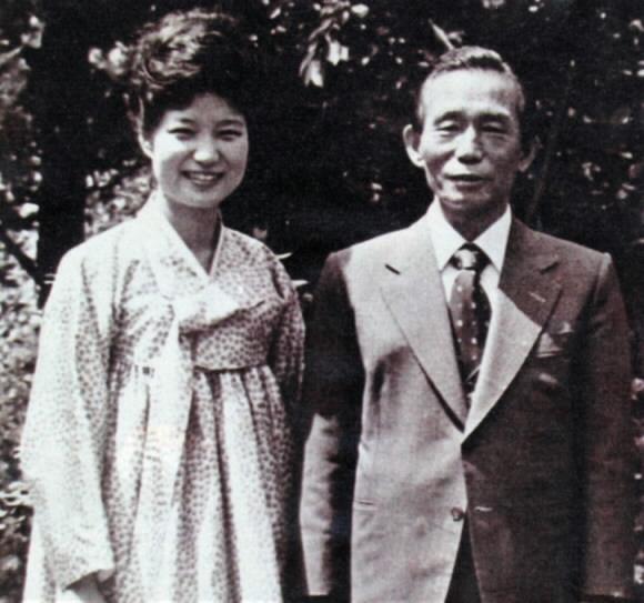 1970년대 중반 장녀 박근혜와 함께한 박정희(오른쪽) 전 대통령  서울신문 DB