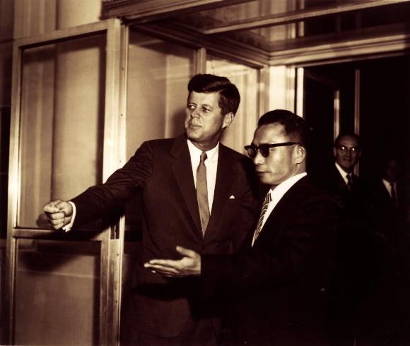 1961년 11월 중순 박정희 최고회의 의장이 미국을 방문, 케네디 대통령과 회담하기 위해 접견실에 들어가기 전에 서로 먼저 들어갈것을 권유하는 장면.  서울신문 DB