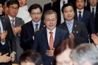 [서울포토] 문 대통령, 홍종학·김경수와 함께 입장