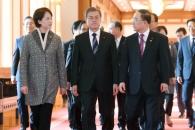 [서울포토] 확대경제장관회의 참석하는 문 대통령과 경…