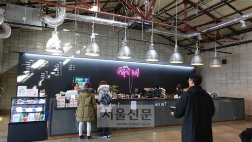 지역 주민을 채용한 팔복예술공장 내 카페 '써니'.