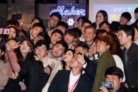 [서울포토] 스타트업 창업자들과 셀카 찍는 문재인 대…