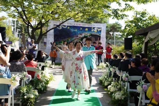 지난해 9월 열린 '창신 런웨이' 행사에서 주민들이 패션쇼를 하고 있다.  아트브릿지 제공
