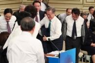 [서울포토] 윗옷 벗는 문재인 대통령과 참석자들