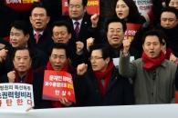 [서울포토] 최권력형비리 규탄대회서 구호 외치는 자유…