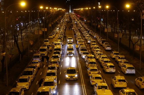 공유차량에 반대하며 시위벌이는 스페인 택시기사들 우버와 캐비파이 등 차량호출 서비스가 생계를 위협하고 있다며 택시기사들이 지난 28일(현지시간) 스페인 마드리드 카스텔라나 거리를 점령하고 있다.  마드리드 AP 연합뉴스