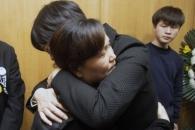 [서울포토] 이정미 대표, 故 김용균씨 어머니 위로