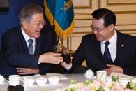 [서울포토] 문 대통령, 성장현 전국시장군수구청장협의…