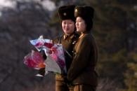 [포토] 김정일 생일 맞아 만수대 동상에 헌화하는 북한…
