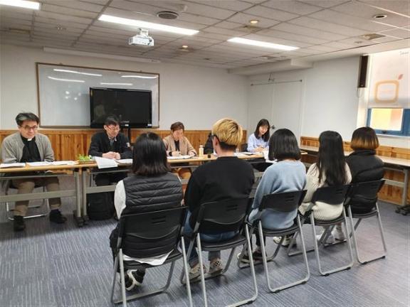 """지난 22일 서울 용산구 서울시립청소년미디어센터에서 학교 밖 청소년들이 서울시에서 진행하는 '인턴십 프로젝트'를 위한 면접에 참여하고 있다. 김현수(17·가명)씨는 """"장래 꿈인 사회복지사가 되기 위해 다양한 경험을 해보고 싶어서 지원했다""""고 말했다."""