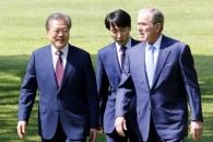 [포토] 함께 걷는 문 대통령과 부시 전 미국 대통령