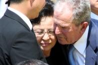 [포토] 권양숙 여사 위로하는 부시 전 미국 대통령