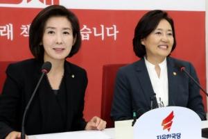 닮은 듯 다른 '정치 동문'…박영선·나경원, 본선서 만날까