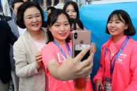 [포토] 김정숙 여사와 기념사진 찍는 시민들