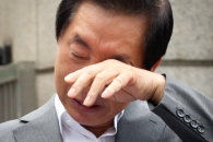 [포토] 1인 시위 도중 눈물 흘리는 김성태 의원