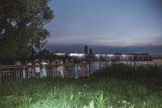 어둠이 내려앉기 시작한 한강공원 반포지구 초입 전망대에서 바라본 반포대교 달빛무지개분수쇼의 장관. '세계 최장의 교량분수'로 2008년 기네스북에 등재된 물과 빛의 향연이 한강 양안을 밝히고 있다.