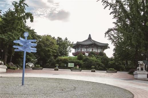 어린이대공원 개장 당시 정문과 함께 기와집으로 설계된 팔각당의 위용. 세종문화회관을 설계한 건축가 엄덕문의 작품이다.