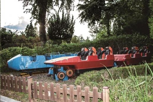 퇴역한 1·2세대 청룡열차가 놀이공원 앞에 전시돼 있다. 우리나라에 처음 도입된 롤러코스터로, 약 28년 동안 운행된 청룡열차는 서울미래유산 무형유산으로 지정돼 있다.
