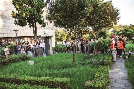양화진 외국인선교사 묘원에 안장된 대한매일신보의 발행인 어니스트 베델의 묘. 장지연이 쓴 추모 글을 지운 흔적이 묘비 뒷면에 보인다.
