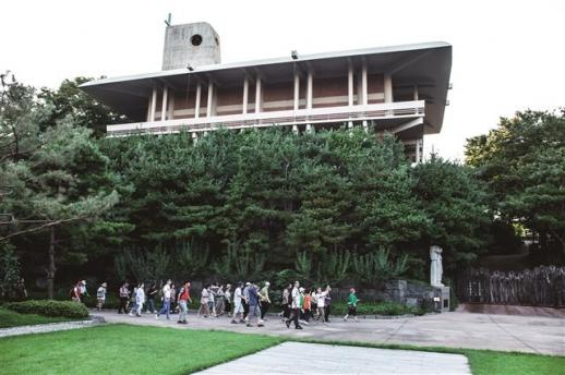 순례 성당, 성인 28위를 모신 지하묘소, 전시관으로 구성된 절두산 순교자 기념관. 1966년 병인양요 발발 100주년을 기념해 지어졌다.