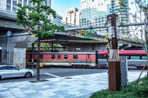 이만희 감독의 영화 '귀로'에서 여주인공이 지나다니던 서울 중구 서소문건널목 앞으로 열차가 지나가고 있다. 서울 도심의 유일한 철도건널목인 서소문건널목은 전국 열차 통행량 1위다.