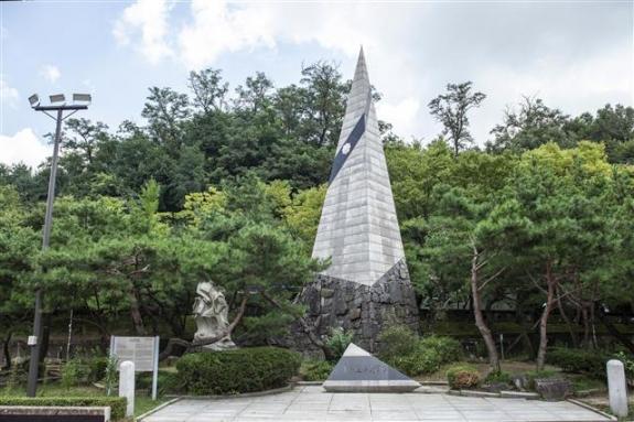 1908년 서울수복작전을 펼친 항일의병들을 기리는 13도 창의군 탑. 작전은 실패했지만 의병장 허위의 호를 딴 왕산로라는 진격로는 남았다.