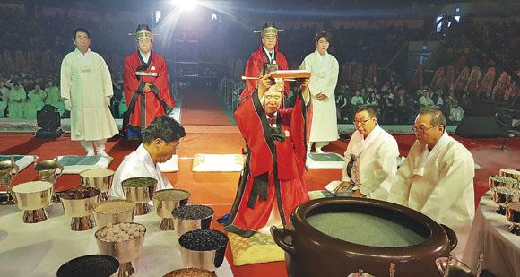 이성재 회장이 천제의례식에서 민족종교 경천신명회의 천신교 경전을 봉천하고 있다.