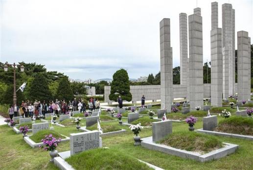 임시정부 수립과 3·1운동 100주년을 맞은 4·19민주묘지. 민주영령에게 추념하고 묘역을 둘러보며 넋을 기리는 참배객들이 줄을 이었다.