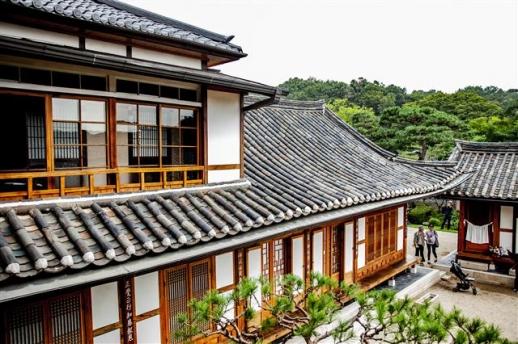 서울미래유산으로 지정된 은덕문화원 2층 인화당에서 내려다본 풍경. 은덕문화원은 1층 대각전 한옥지붕 위에 일본식 가옥 인화당이 올라간 국내 유일의 독특한 구조를 이루고 있다. 1906년에 지은 세심당이 딸린 넓은 한옥을 전은덕 여사가 원불교 재단에 기증했다. 시인 김지하가 운영하던 카페 '싸롱 마고'도 한 건물이다.