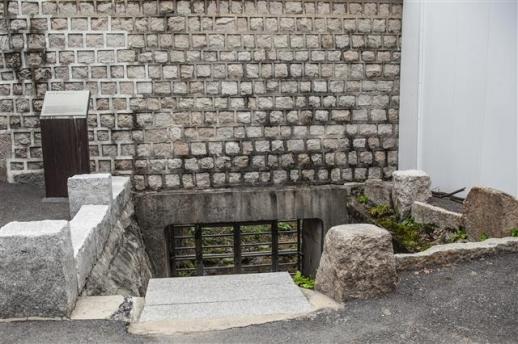 한양 3대 빨래터로 유명한 원서동 빨래터. 궁에서 쌀을 씻은 물이 궁 밖으로 흘러나와 표백효과가 뛰어났다고 한다.